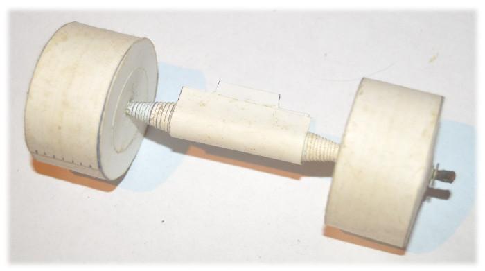 Modelarstwo kartonowe - przykład kół ciężarówki wykonanych z papieru