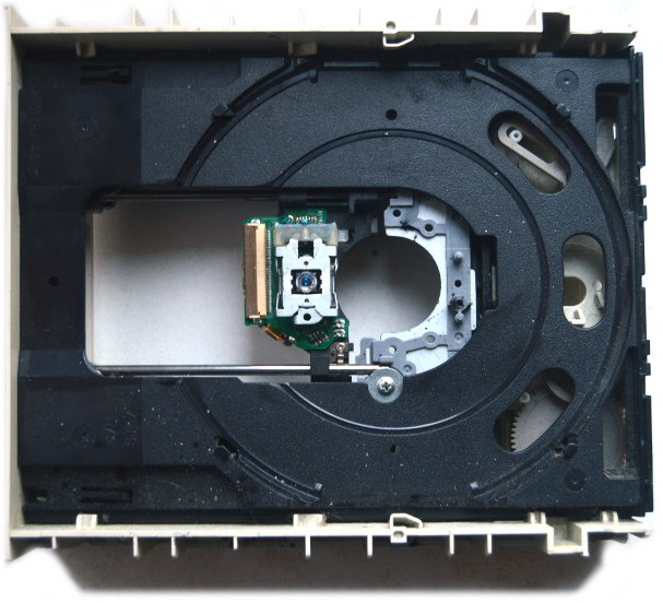 Wyciągnięty układ napędowy z widocznym laserem nagrywarki DVD
