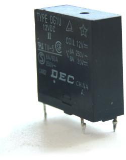 Przekaźnik stykowy wylutowany z płyty głównej telewizora kineskopowego Daweoo