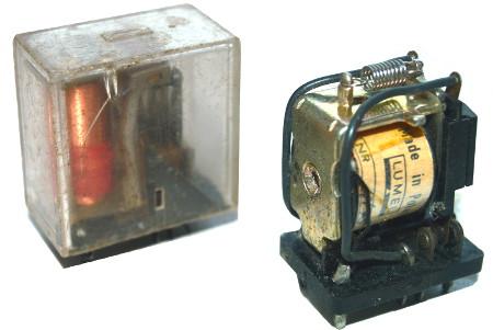 Przykład przekaźników elektromagnetycznych przełączających zamknięcie obwodu dwóch par styków