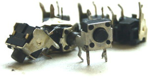 Przyciski monostabilne w układzie prostopadłym wyciągnięte z telewizora Daweoo