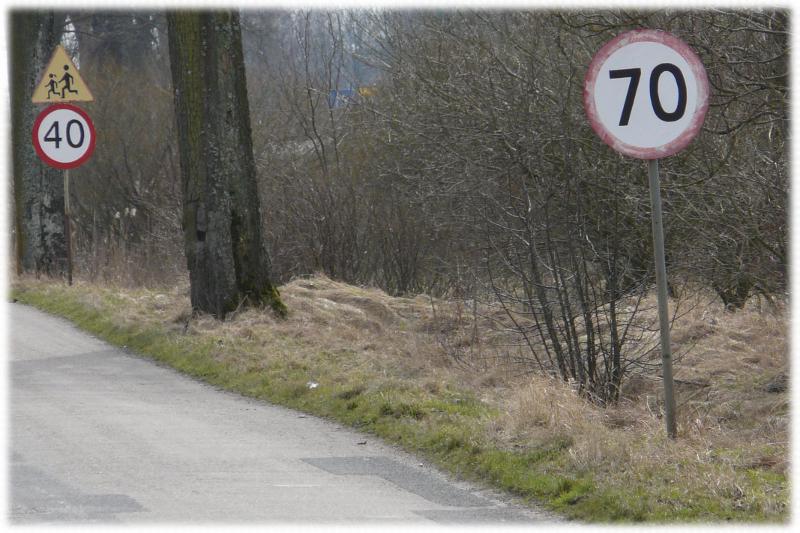 Zdjęcie kunsztu w planowaniu rozmieszczenia znaków drogowych w wykonaniu polskich jakże niesłusznie niedocenianych drogowców.