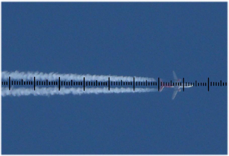 Zdjęcie samolotu pasażerskiego z naniesioną podziałką milimetrową.